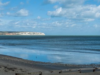 Shanklin Beach Apartment - Good Sea Views At Excellent Rates.