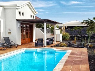 Peaceful modern 2 bedroomed villa with private pool, mountain views, wifi