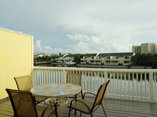 October sale!!! Beautiful Lakefront views, 5 min walk to the beach!