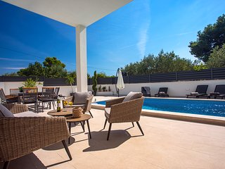NEW!! VILLA PETRA private heated pool,sauna, 5 en-suite bedrooms, 50m from sea