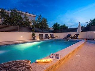 VILLA FILIP  heated pool&sauna, 5 en-suite bedrooms, 30m from sea, Special Offer