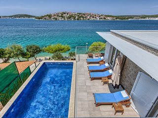 Outstanding BeachFront Villa with 4 Bedrooms and heated Pool