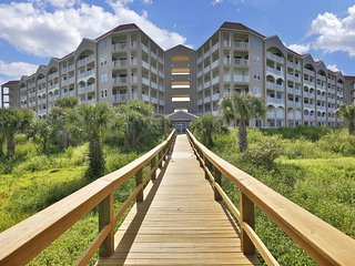 NEW LISTING! Oceanfront penthouse condo w/shared pool/hot tub overlooking beach