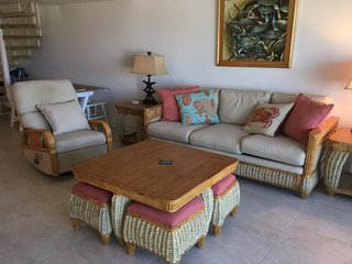 Great condo w/shared pool and quick access to the beach, shopping and dining!