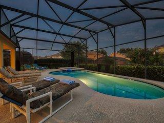 Una vista serale, piscina e spa cambiano colore
