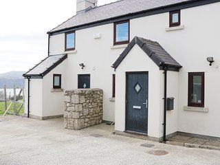 PEN Y FFRIDD FARM, sea views, hot tub, Llandudno