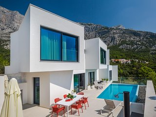 ctma235- Modern and luxurious villa with pool, up to 8 people consists of three