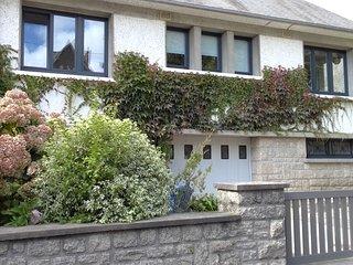 Grande maison contemporaine avec jardin, très confortable, à 150m de la plage