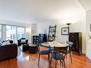 801 MOS · CHARMING CONDO IN DOWNTOWN MONTREAL