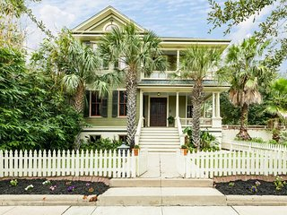 Gorgeous, updated Victorian w/ porch, deck & backyard - walk everywhere!