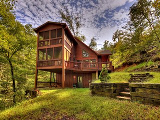 Tree House mountain cabin sleeps 7 with slate pool table, wifi cable & firepit!