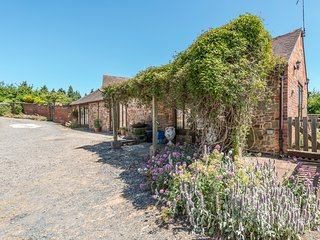 GARDEN BARN, pet friendly, character holiday cottage, with a garden in