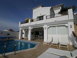 Luxueuze Grand villa met zwembad en adembenemend uitzicht over bergen en zee