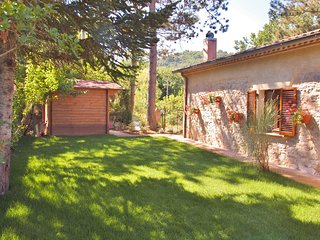 Villa Pregiata 6 person secluded family cottage with large pool.