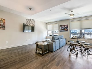 Walk to French Quarter & Bourbon St ! 1BR Modern Condo