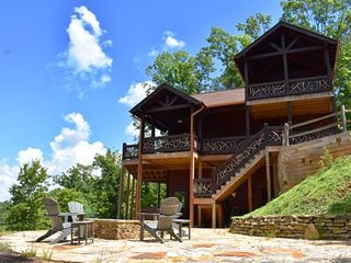 ARCADIA - 4BR/3BA Luxury Cabin, Sleeps 8, Stunning Mountain View, Hot Tub, Wet B