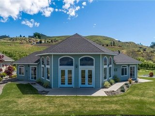 Lakeview home with private hot tub, and huge lawn, just minutes to Chelan!