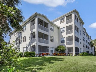 NEW LISTING! Lakeview condo w/shared pool & hot tub, gym access, on-site golf