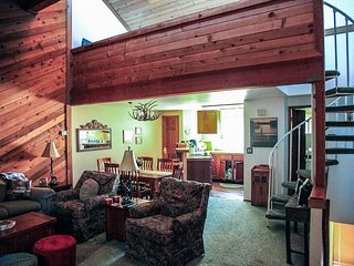 Rustic And Spacious Townhome, Right On The Shuttle Route!
