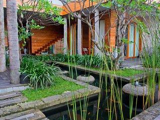 4 Bedroom Villa Walking Distance to Petitenget Beach;