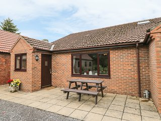 THE GRANARY, single-storey cottage with subsidised golf, near York, Ref. 904237