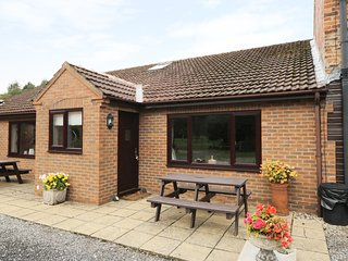 THE MILKING PARLOUR, ground floor, on-site golf, lawned garden with furniture, n