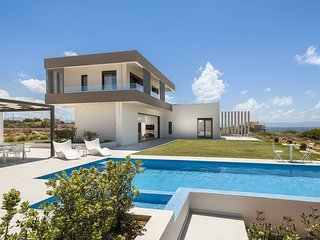 Villa Andria/Luxury, seaview, heated pool, hot tub, gym, close to the beach