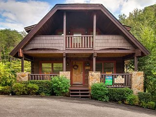 Spacious Two Bedroom Log Cabin with Wraparound Deck