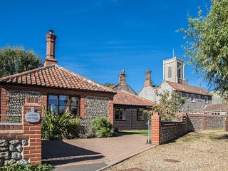 Coach Cottage - Sunny Hideaway 'Home from Home' in Pretty Village with Great Pub