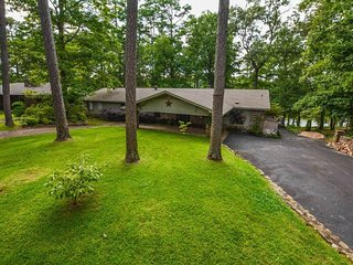 Lake Paradise Executive Private Home Awaits You!