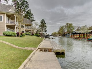 Better Price than a Hotel! 4Br/3Ba Lakefront Home Sleeps 12