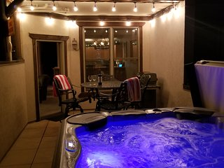 New Remodel! Private 5P Hot Tub, Walk to Lifts & Town, Private Garage, HS WiFi