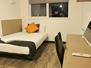 Central Luton studio with modern decor and onsite gym (Apartment 466)
