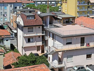 Lido di Jesolo Apartment Sleeps 5 with Air Con - 5641505