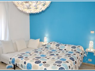 Room in lively neighbourhood 30 mins from Coliseum and Subway. Fun and relax. Ge