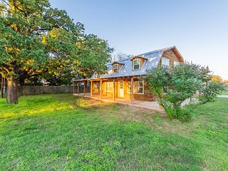 Lazy K Kabin 4 bedroom / 3 bath in Stonewall, Texas near Vineyards and LBJ Ranch