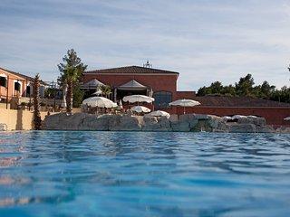Maison varoise classique et colorée | Accès piscine et spa!