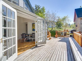 NEW LISTING-Dog-friendly home w/ guest house near Elliott Bay, hiking trails!