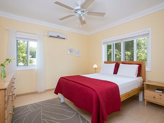 2 bedroom, 2 bathroom Sunny 'Island Butterfly' Suite - Near Beaches
