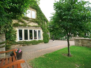 GABLES COTTAGE, open-plan living area, WiFi, Bibury