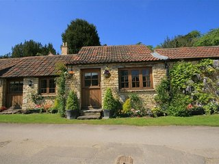 STABLES COTTAGE, open plan living room and perfect for couples, Bath