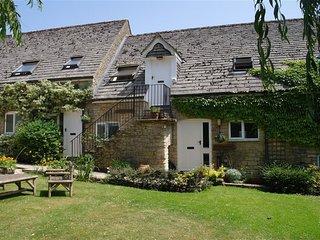 BOTTOM BARN, open plan living room and perfect for families, Malmesbury
