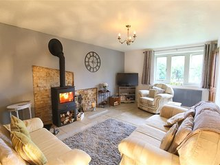 HONEYSTONE COTTAGE, 2 bedrooms and perfect for small families, Moreton-in-Marsh