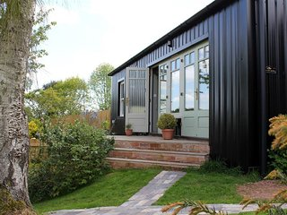 THE TIN BARN, open plan living room and perfect for couples, Newnham on Severn