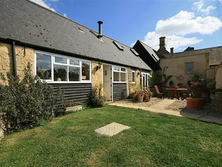 HENMARSH COTTAGE, 2 bedrooms, woodburner, WiFi, Barton on the Heath