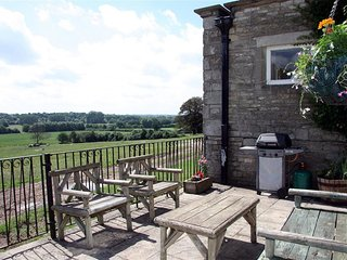 BOTTOM BARN, open plan living room and perfect for families, Malmesbury