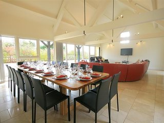 Albion Barn - ALBION BARN, pet friendly, with hot tub in Burford, Ref 988697