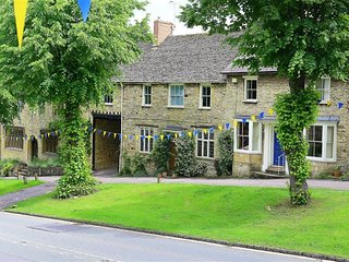 141 The Hill, Burford - 141 THE HILL, BURFORD, pet friendly in Burford, Ref 9887
