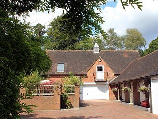 GRANARY COTTAGE, king size bedroom and open-plan living area, near Tunbridge