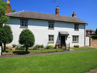 ELMHURST COTTAGE, 4 bedrooms and perfect for travellers, Lower Quinton